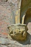 Escultura de un hombre medieval en las ruinas de 1000 años de la abadía de los sint-baafs Fotografía de archivo libre de regalías