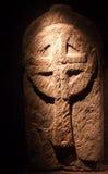 Escultura de una cruz religiosa irlandesa antigua Imágenes de archivo libres de regalías