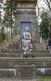 Escultura de una muchacha en cementerio Imágenes de archivo libres de regalías