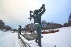 Escultura de una mujer con el pelo largo en el parque de escultura de Vigeland en Oslo, Noruega Imagen de archivo