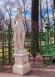 Escultura de una ninfa en el jardín del verano del parque en abril antes de t Imagen de archivo