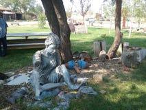 Escultura debajo de los árboles Imagen de archivo libre de regalías