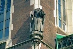 Escultura decapitado no canto da construção Imagens de Stock