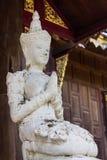 Escultura del ángel blanco con el templo de la teca, Lanna Style Imágenes de archivo libres de regalías