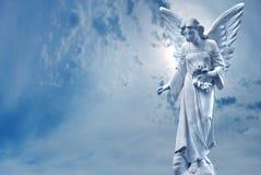 Escultura del ángel de guarda sobre el cielo brillante Imagen de archivo