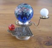 Escultura del arte del steampunk del planetario pequeña para la casa de muñecas Fotos de archivo