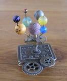 Escultura del arte del steampunk del planetario pequeña para la casa de muñecas Imágenes de archivo libres de regalías