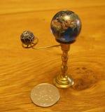 Escultura del arte del steampunk del planetario pequeña para la casa de muñecas Fotografía de archivo libre de regalías
