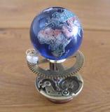 Escultura del arte del steampunk del planetario pequeña para la casa de muñecas Imagenes de archivo