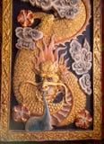 Escultura del dragón en el panel de la ventana Imagen de archivo