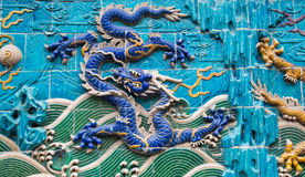 Escultura del dragón. Pared del Nueve-dragón en el parque de Beihai, Pekín, China Imagen de archivo libre de regalías