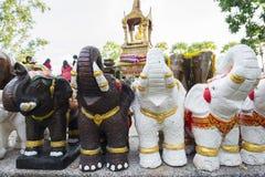 Escultura del elefante a adorar en el templo o el lugar para el wor Foto de archivo