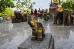 Escultura del elefante a adorar en el templo o el lugar para el wor Foto de archivo libre de regalías