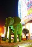 Escultura del elefante de la hierba verde Fotos de archivo