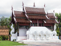 Escultura del elefante y diseño del tejado de Tailandia imagenes de archivo