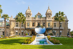 Escultura del espejo de Monte Carlo Casino y del cielo en Mónaco Imagenes de archivo