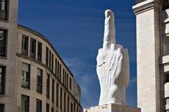 Escultura del finger de Cattelan delante de Milan Stock Excha imagen de archivo