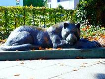 Escultura del gato el dormir en Memmingen Foto de archivo libre de regalías