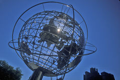 Escultura del globo delante del hotel internacional del triunfo y torre en la 59.a calle, New York City, NY Foto de archivo libre de regalías