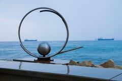Escultura del globo en el mar azul Naves y naturaleza Foto 2018 del viaje foto de archivo libre de regalías