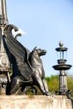 Escultura del grifo en el pedestal de piedra Fotografía de archivo