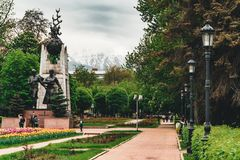Escultura del guerrero de oro encima del monumento de la independencia de Kazajistán fotografía de archivo libre de regalías