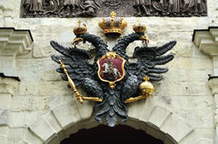Escultura del águila doble-dirigida en Peter y Paul Fortress en St Petersburg, Rusia Foto de archivo libre de regalías