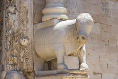 Escultura del hipopótamo en la entrada a la basílica de San Nicolás, Bari, Apulia foto de archivo