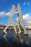 Escultura del hombre de la molécula en el río de la diversión en Berlín Foto de archivo libre de regalías