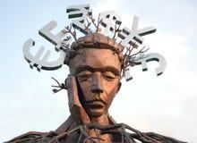 Escultura del hombre de pensamiento con los símbolos de monedas principales Imagen de archivo libre de regalías
