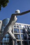 Escultura del hombre que camina en Munich, Alemania, 2015 Imágenes de archivo libres de regalías
