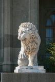 Escultura del león con la esfera imagen de archivo
