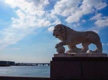 Escultura del león de piedra blanco en la orilla del río fotografía de archivo libre de regalías