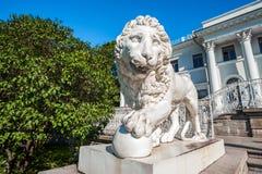 Escultura del león delante del palacio de Yelagin imágenes de archivo libres de regalías