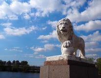 Escultura del le?n de piedra blanco en la orilla del r?o fotografía de archivo