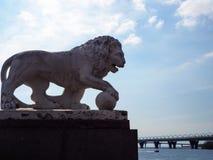 Escultura del le?n de piedra blanco en la orilla del r?o fotos de archivo