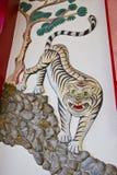 Escultura del leopardo en la pared, Imagenes de archivo