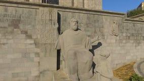 Escultura del lingüista armenio medieval Mesrop Mashtots en Armenia, turismo metrajes