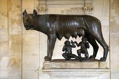 Escultura del lobo, de Romulus, y de Remus de Capitoline foto de archivo