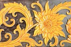 Escultura del metal del oro de flores Imágenes de archivo libres de regalías