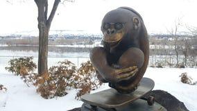 Escultura del mono del monopatín Imagen de archivo