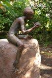 Escultura del muchacho y de la tortuga Foto de archivo libre de regalías
