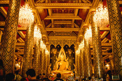 Escultura del oro de la estatua de Buda, conocida como Phra Phuttha Chinnarat en el templo de Wat Phra Sri Rattana Mahathat y la  Foto de archivo