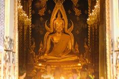 Escultura del oro de la estatua de Buda, conocida como Phra Phuttha Chinnarat en el templo de Wat Phra Sri Rattana Mahathat y la  Fotografía de archivo