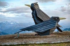 Escultura del pájaro en las montañas de Austria imagen de archivo libre de regalías