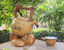 escultura del pote del té del vintage y de la taza de té chinos en parque, caldera de té grande del vintage y taza, tetera china  Fotografía de archivo