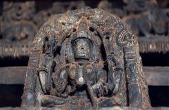 Escultura del siglo XII de dios hindú, templo interior Hoysaleswara con las tallas fantásticas, Karnataka de la India Imagen de archivo