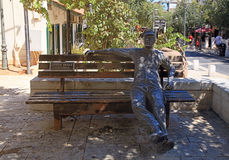 Escultura del trabajador en banco en Zichron Yaakov, Israel Imagen de archivo