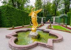 Escultura do anjo do ouro no parque do palácio de Linderhof, Baviera Fotografia de Stock