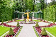 Escultura do anjo do ouro no parque do palácio de Linderhof, Baviera Foto de Stock Royalty Free